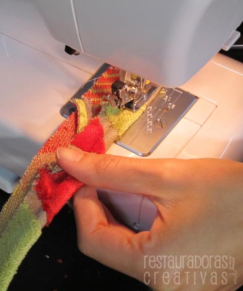 Hacemos una primera costura pegándonos al cordón